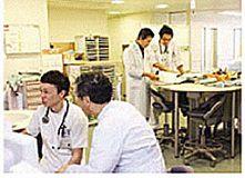 看護師や医師、研修医の相談にのる病棟薬剤師
