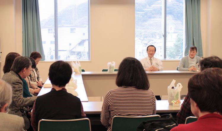 懇親会にてボランティアさんのお話しをきく後藤院長と高階看護部長